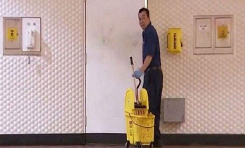 عامل نظافة بالساعة جدة